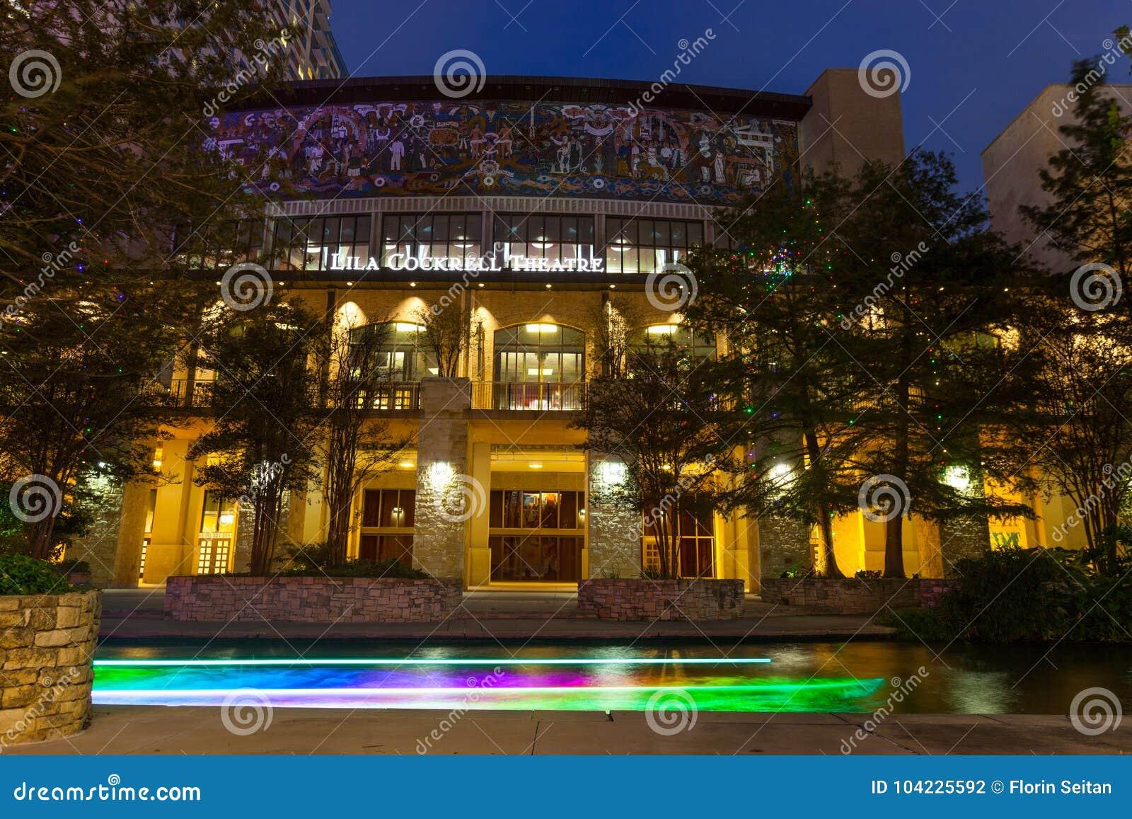 SAN ANTONIO, TEJAS - 10 DE NOVIEMBRE DE 2017: Lila Cockrell Theatre situó en el paseo del río con el rastro de la luz del barco q