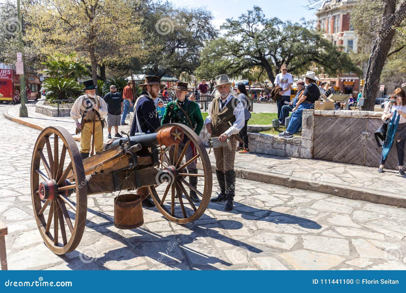 SAN ANTONIO, TEXAS - 2 de março de 2018 - os homens vestidos como soldados do século XIX participa no reenactment da batalha do A