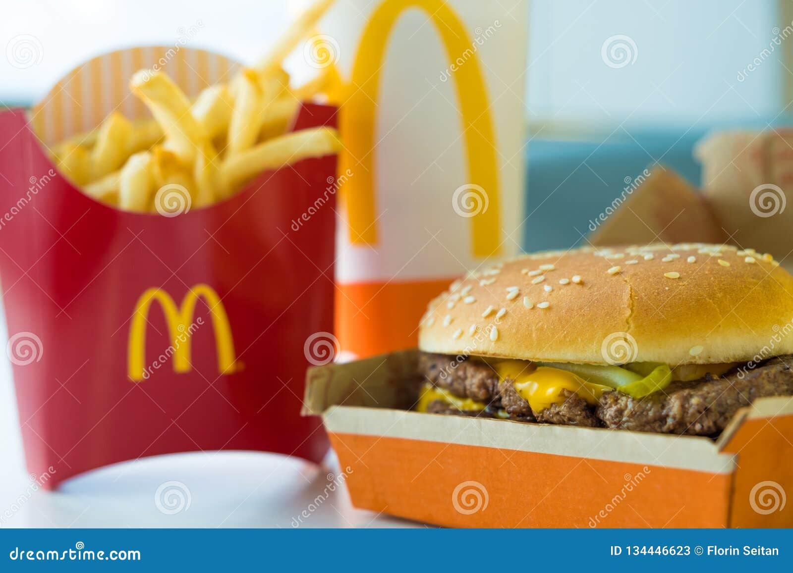SAN ANTONIO TX, USA - NOVEMBER 2, 2018 - selektiv fokus på hamburgaren för på ett pund för Mcdonald dubblettfjärdedel med ost, fr