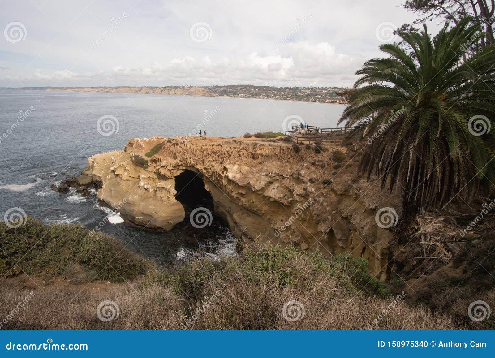 San Diego, Californië - Oktober 31,2016: Niet geïdentificeerde toerist bij een rotsachtig klippengebied in het Strand van La Joll