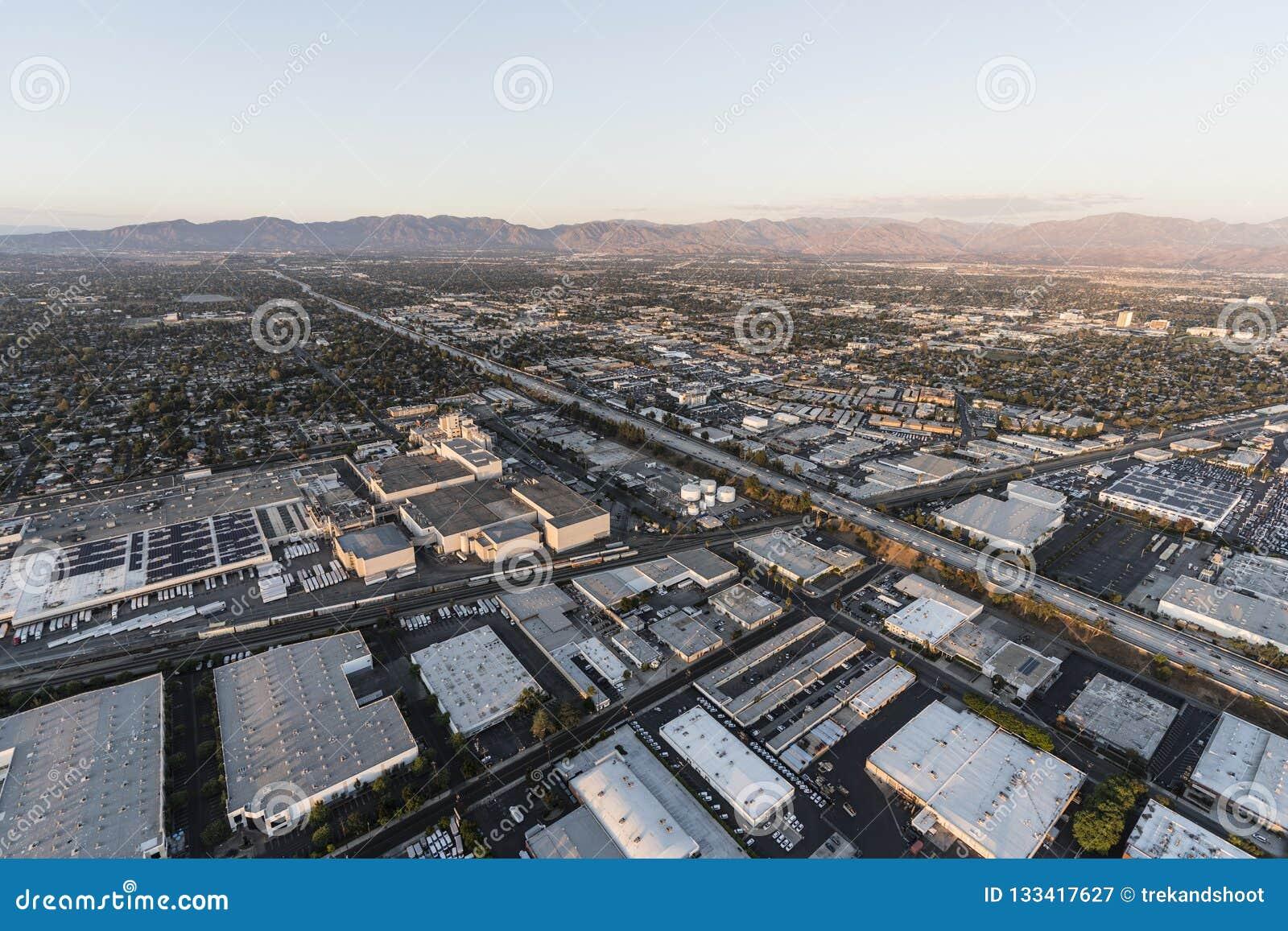 San Diego 405 för flyg- sikt motorväg nära Roscoe Blvd i Los Angele