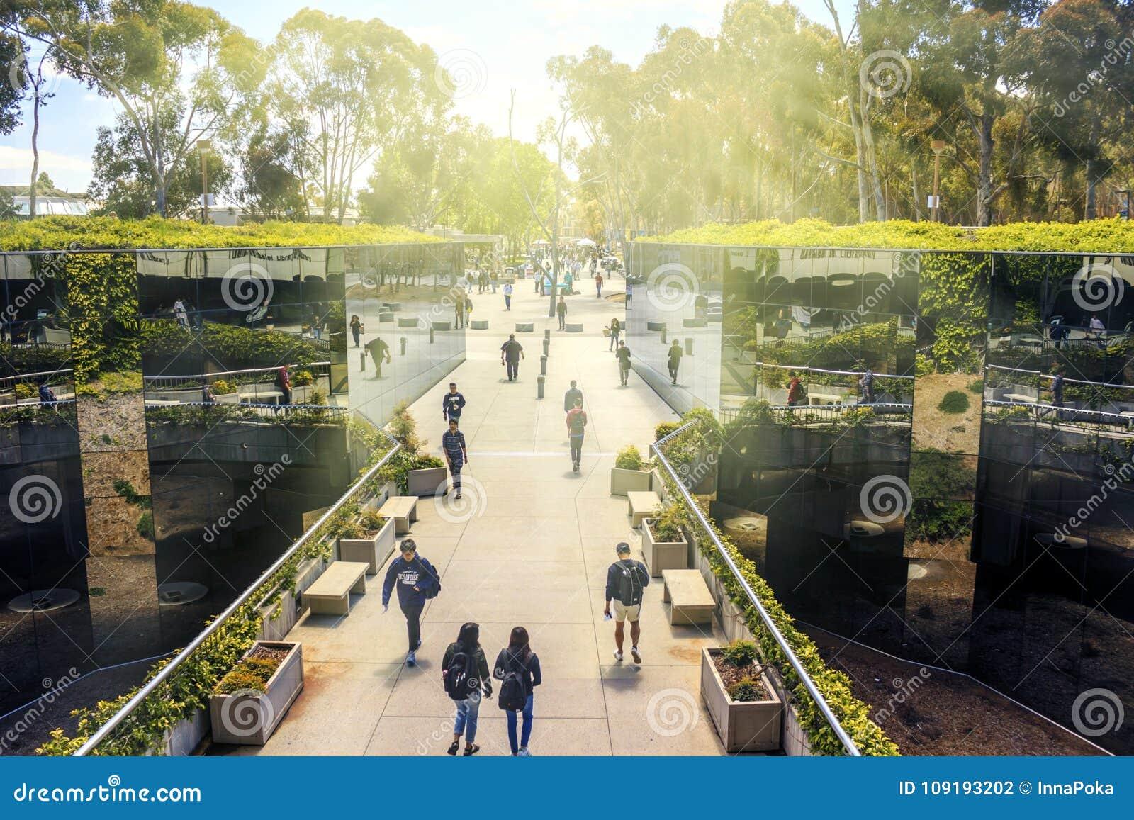 San Diego, Kalifornia, usa - Kwiecień 3, 2017: Odzwierciedlająca droga przemian Geisel biblioteka główna biblioteka przy UCSD