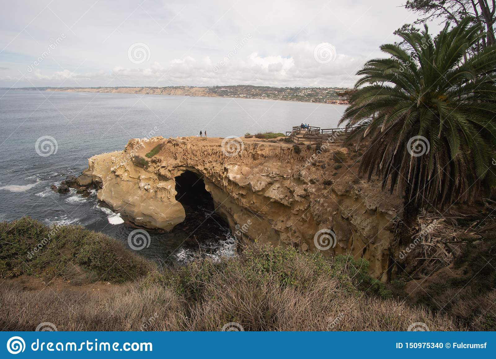 San Diego, la Californie - octobre 31,2016 : Touriste non identifié à un secteur rocheux de falaise en plage de La Jolla