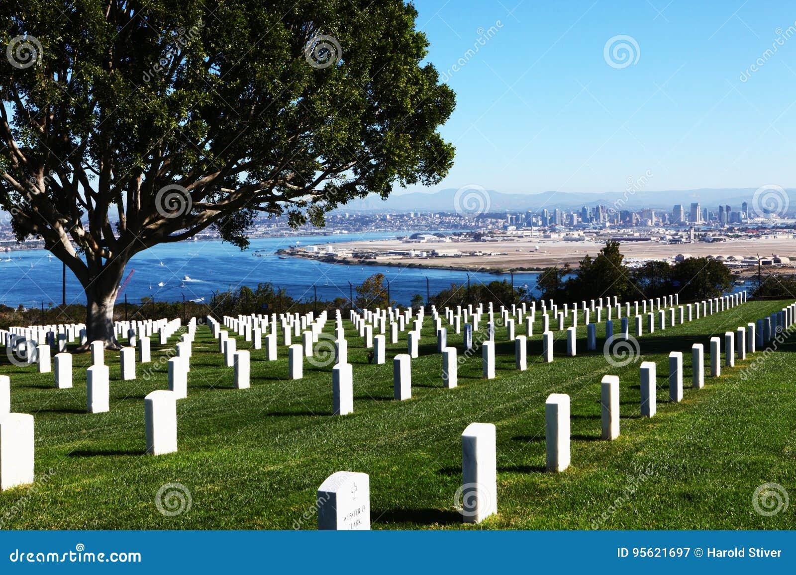San Diego med fortRosecrans den nationella kyrkogården framme