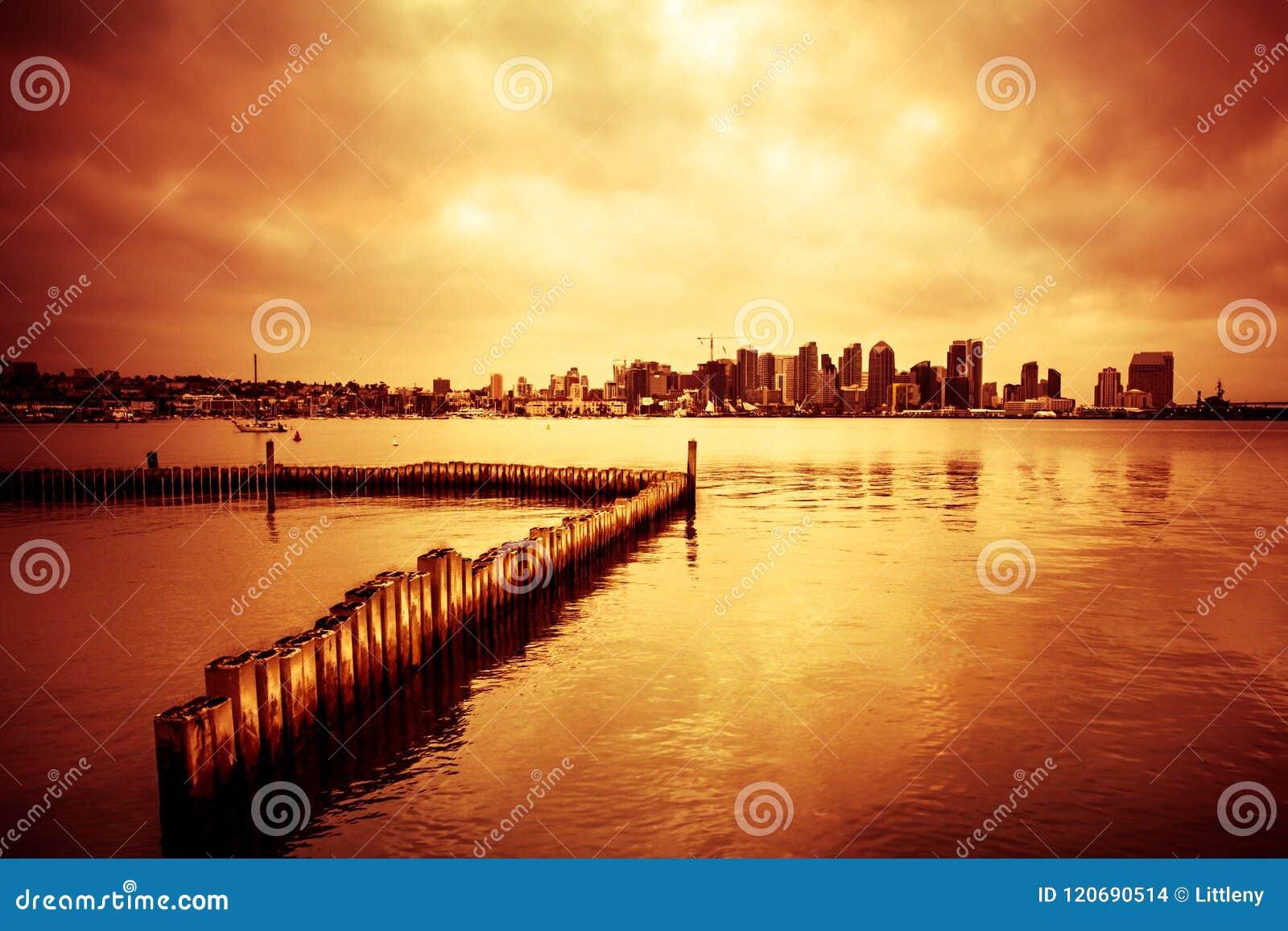 San Diego Skyline med fjärden och solnedgång