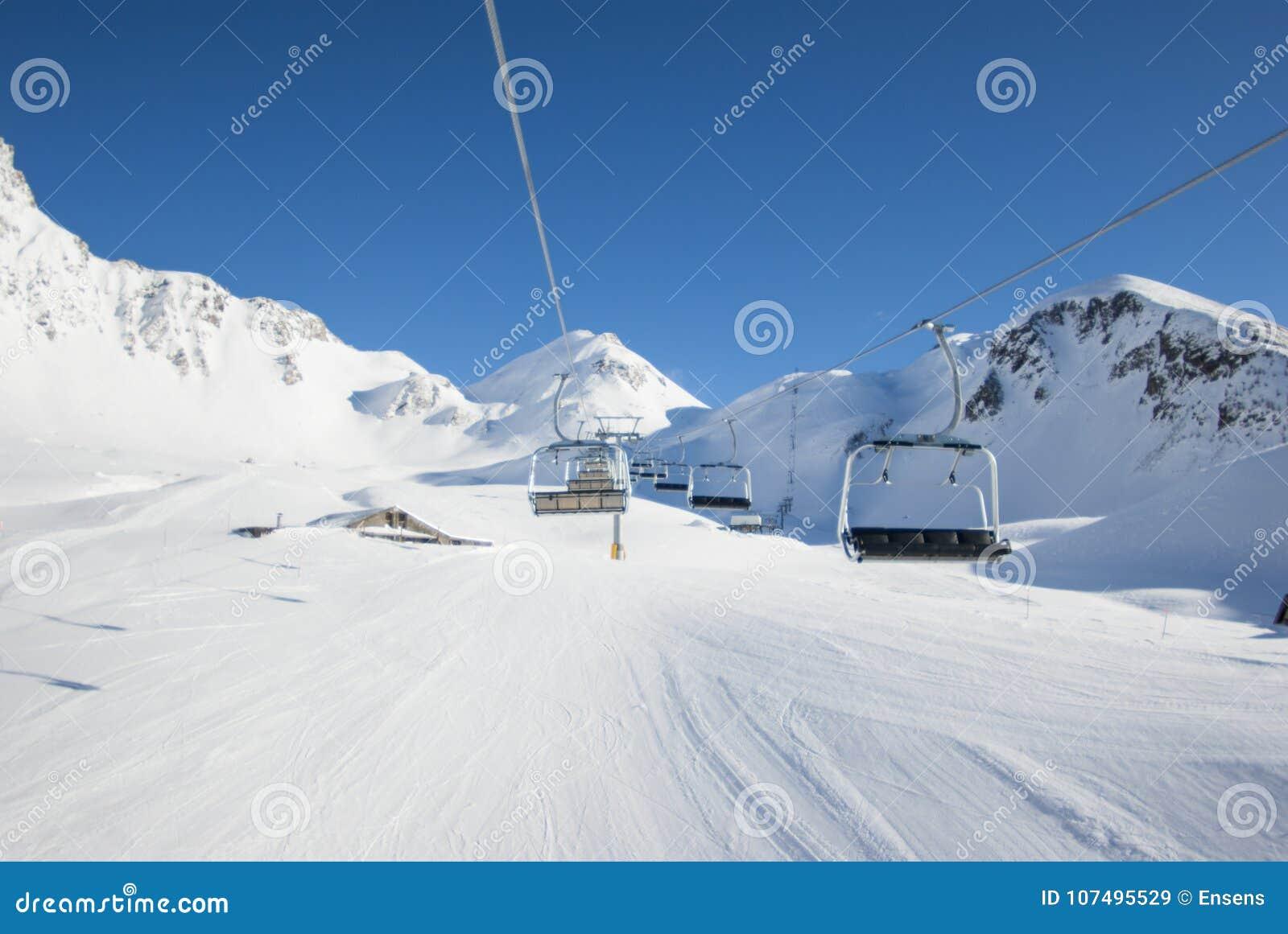 San Domenico, Varzo, Alpes, Italie, télésiège qui va en amont