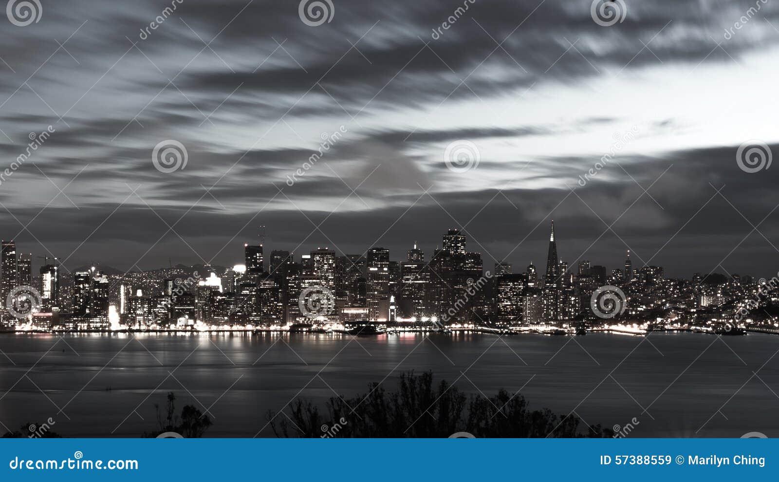 San Francisco Bay Bridge en horizon bij zwart-witte nacht