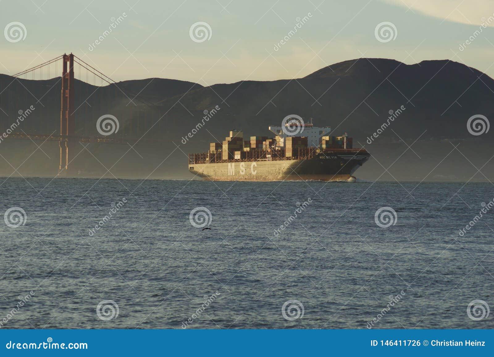 SAN FRANCISCO, CALIFORNIA, ESTADOS UNIDOS - 25 de noviembre de 2018: Buque de carga del MSC SILVIA que inscribe al San Francisco