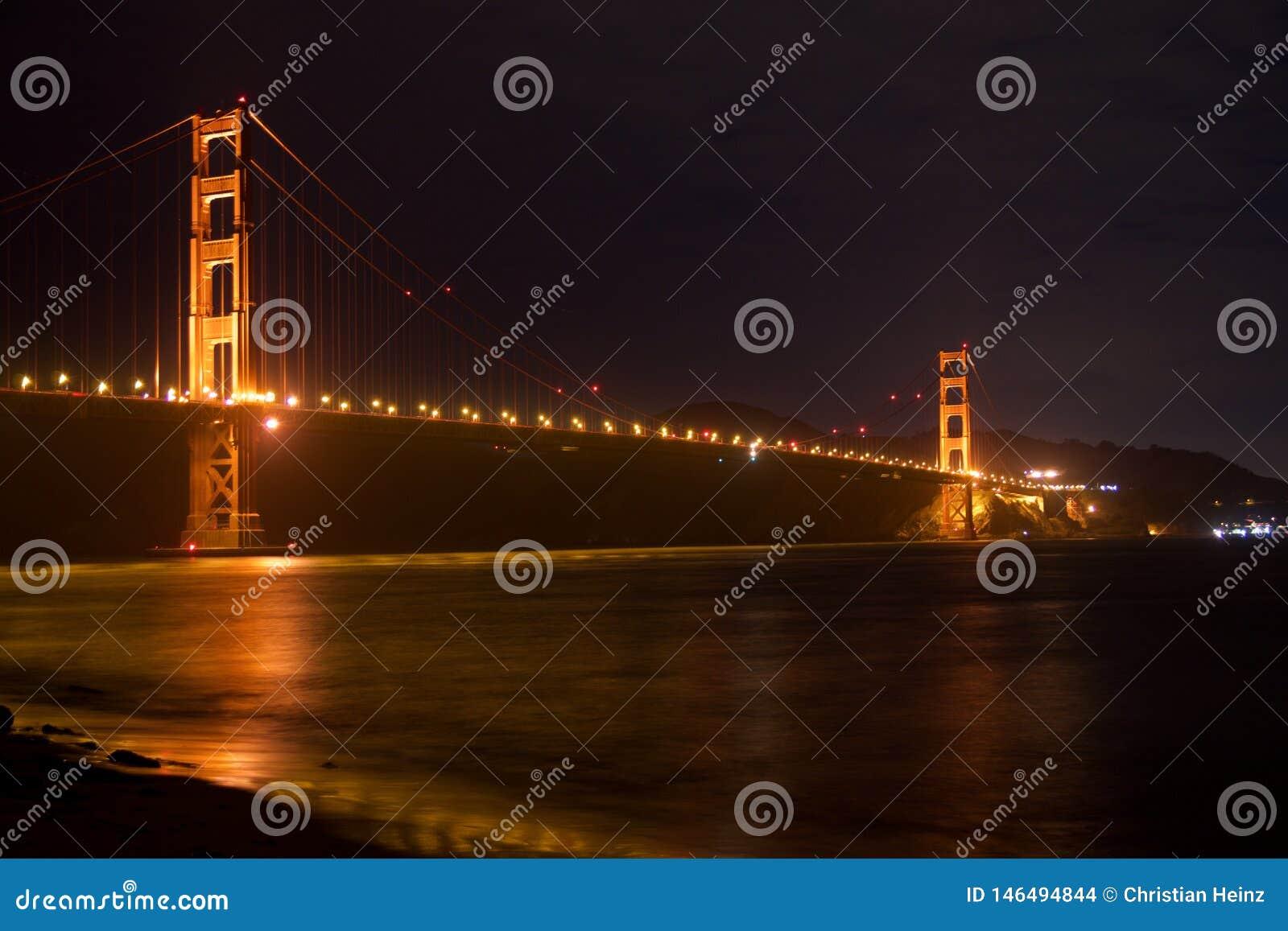 SAN FRANCISCO, CALIFORNIA, ESTADOS UNIDOS - 25 de noviembre de 2018: Puente Golden Gate seg?n lo visto de punto del fuerte pasa p