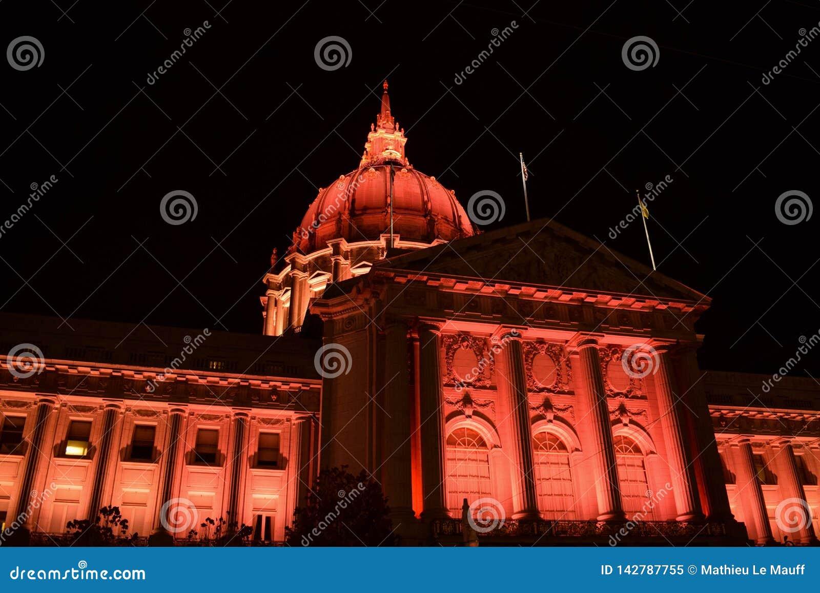 San Francisco City Hall Illuminated in Rood bij Nacht