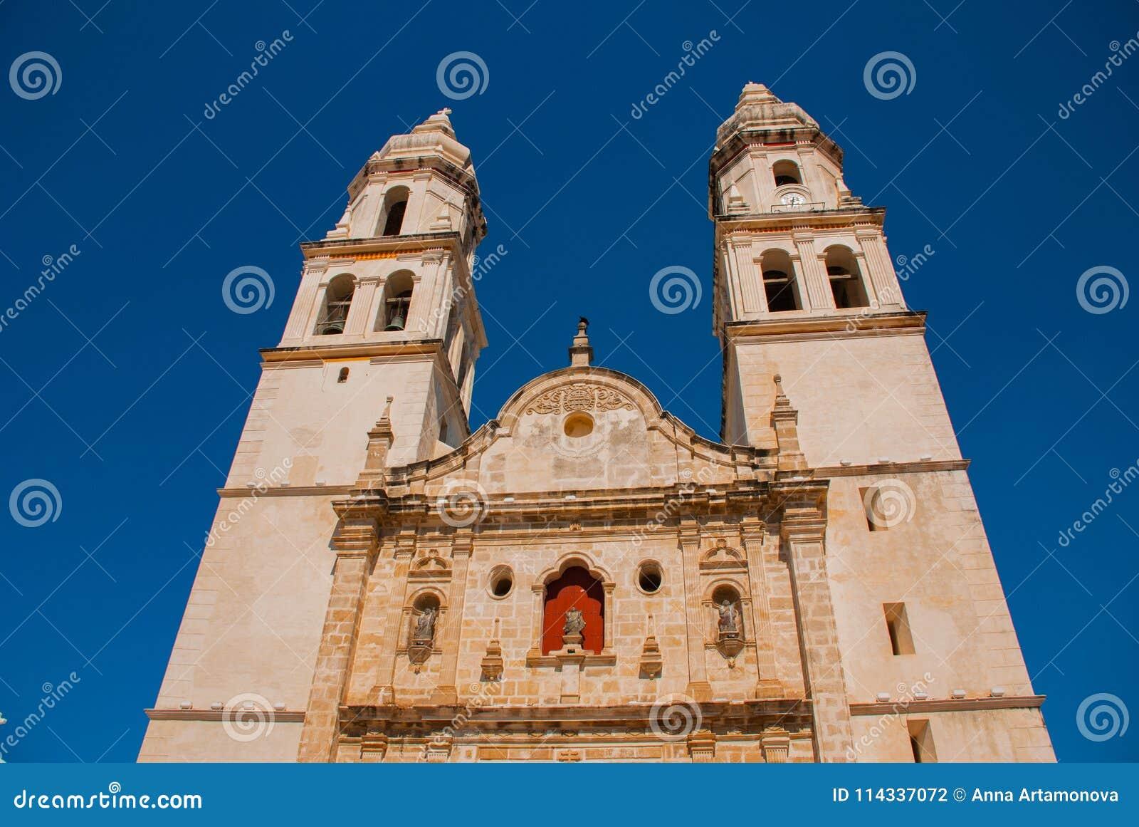 San Francisco de Campeche, Mexiko Kathedrale in Campeche auf einem Hintergrund des blauen Himmels