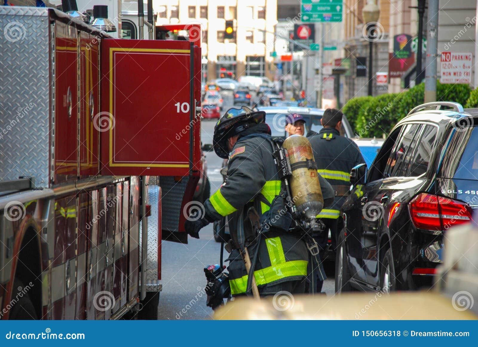 San Francisco Fire Engine en Firemean-lading omhoog