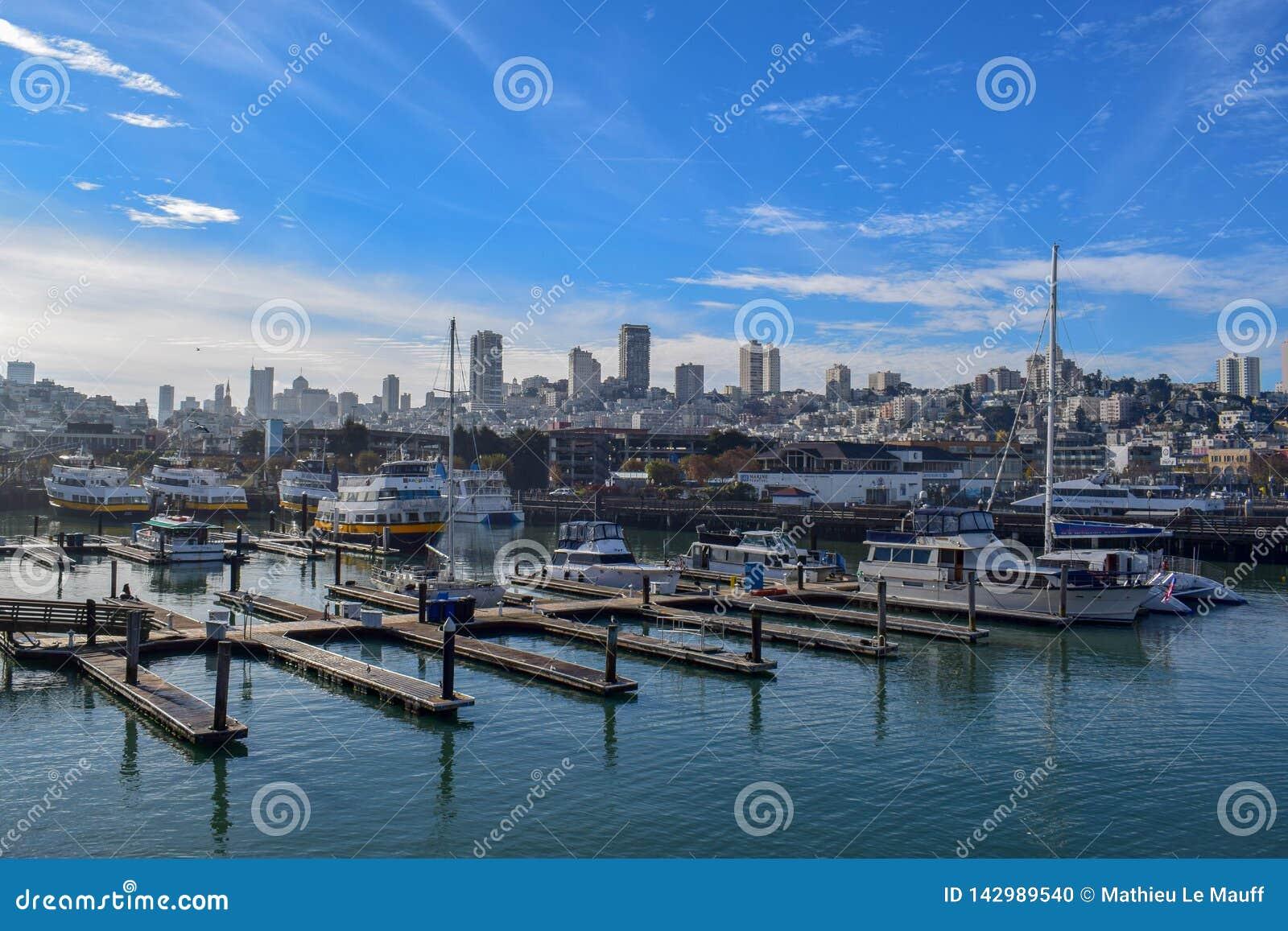 San Francisco Harbor i Fishermanɾn; s-hamnplatsområde på en Sunny Day