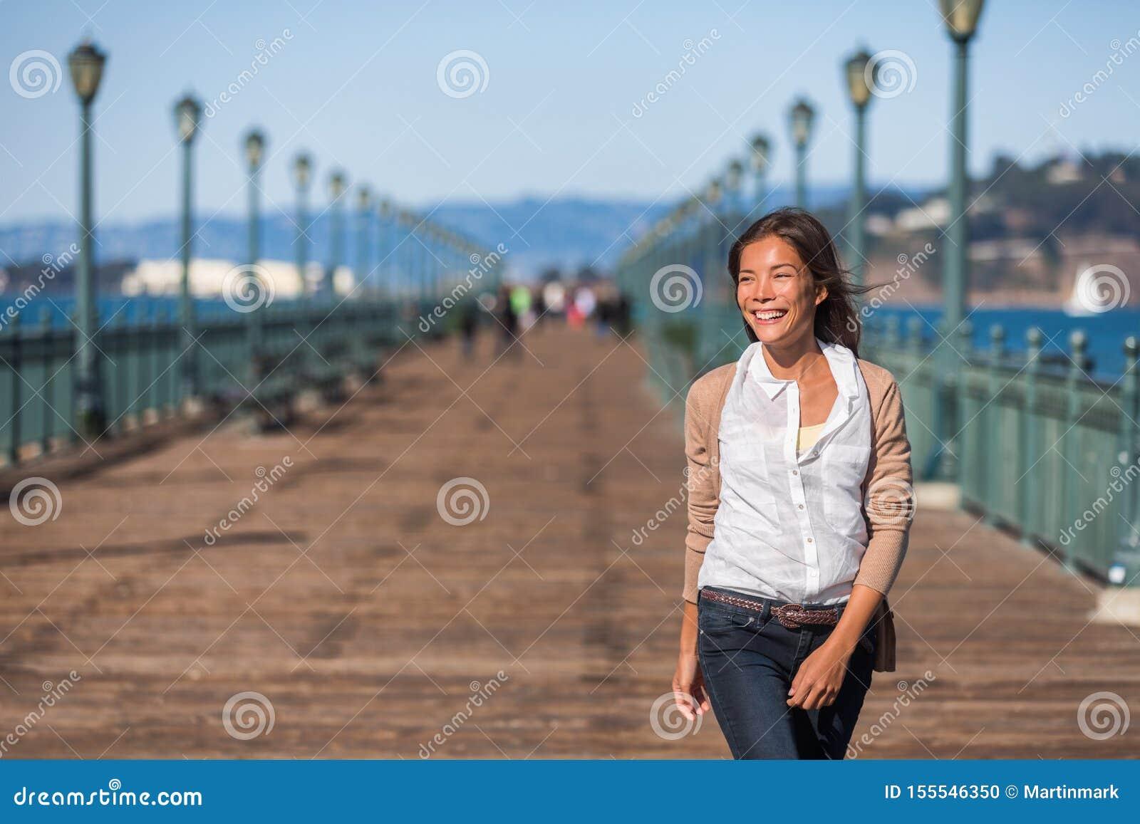 San Francisco podróży styl życia kobiety chodzić szczęśliwy na molu Azjatycka dziewczyna uśmiecha się relaksować w schronienia mi