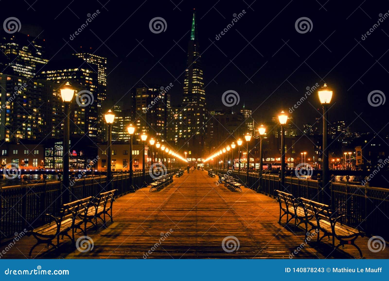 San Francisco Skyline från pir 7 på natten