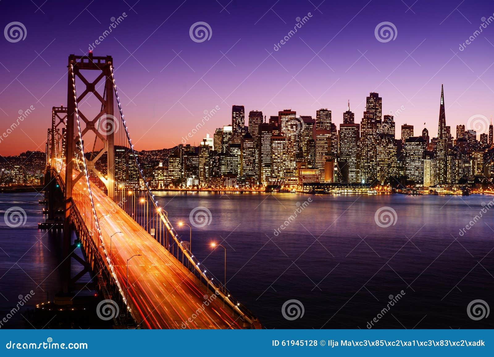 San Francisco-Skyline und Bucht-Brücke bei Sonnenuntergang, Kalifornien