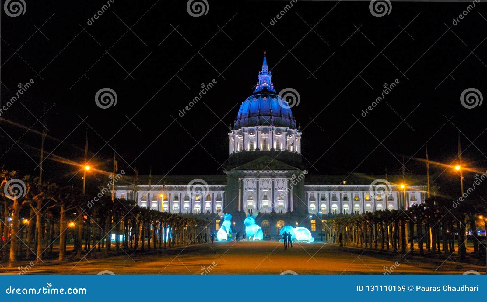 San Francisco stadshus i medborgarcentrumområde på natten