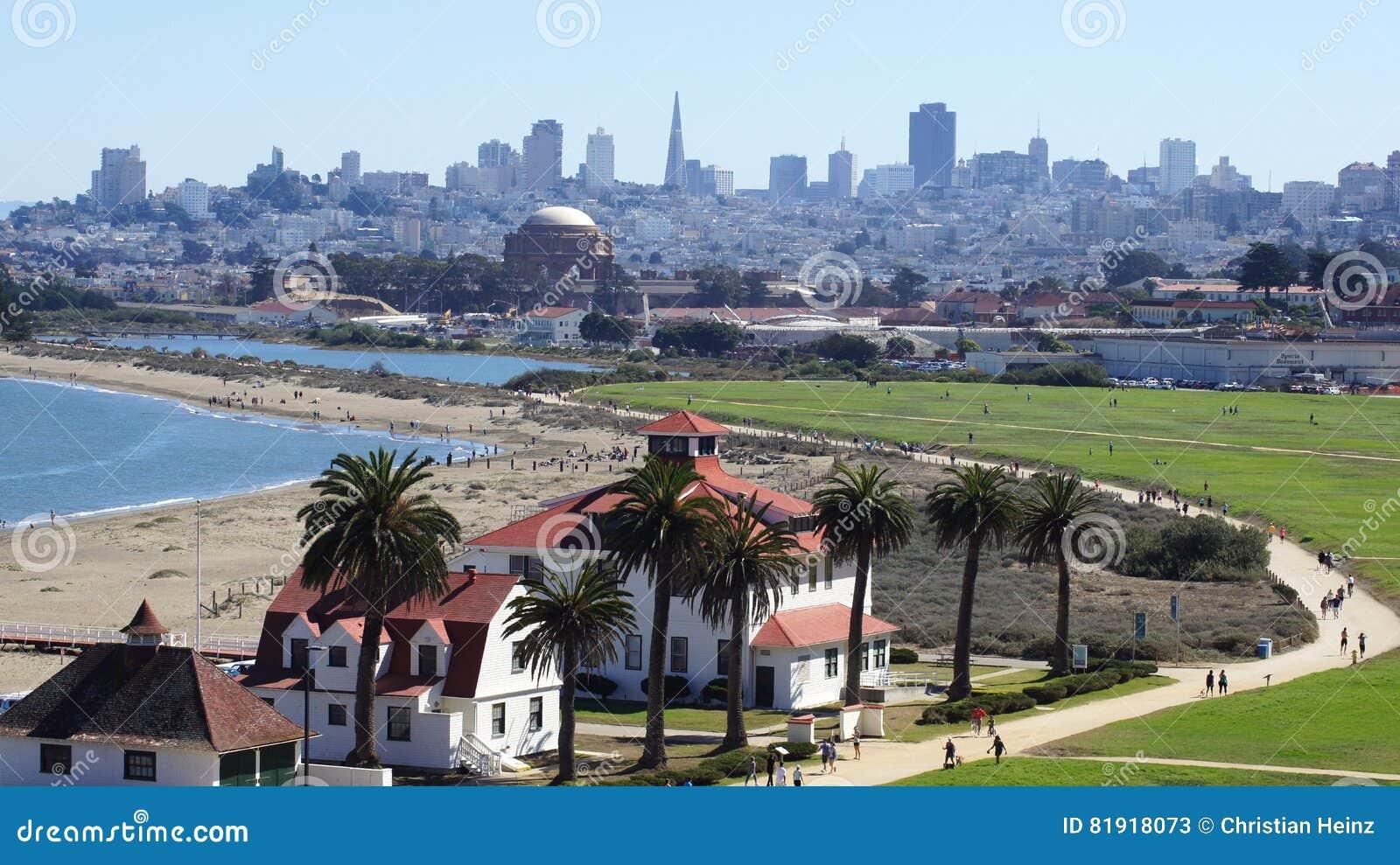 SAN FRANCISCO, USA - 5. Oktober 2014: Crissy Field, der Palast von schönen Künsten und die im Stadtzentrum gelegenen Skyline im H