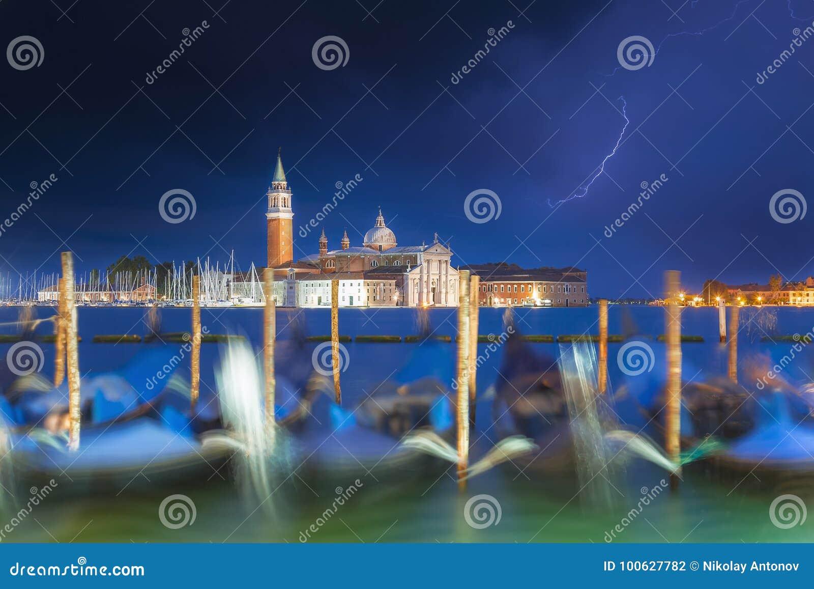 San Giorgio Maggiore gondole w Wenecja i kościół, Włochy podczas błękitnej godziny z dramatycznym niebem i oświetleniem Ostrość n