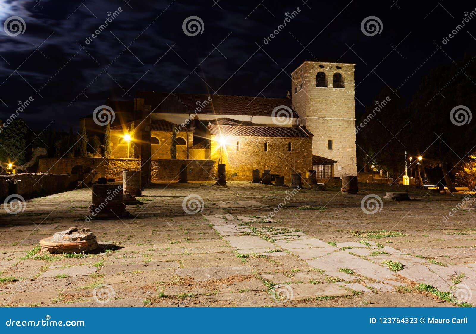 San Giusto rzymianina i katedry ruiny w Trieste przy nocą