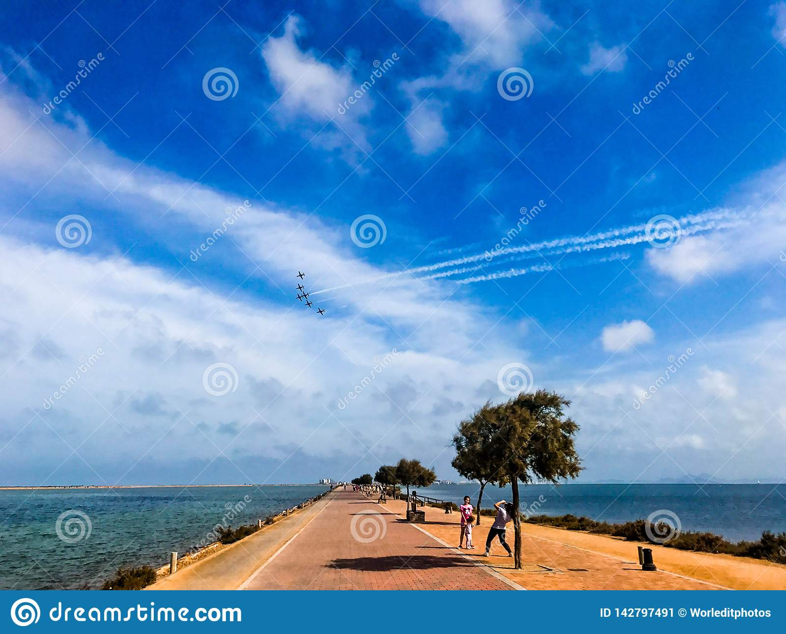 San Javier, Espagne - 26 mai - 2018 : Escadron de chasse dans la formation de groupe au-dessus d un chemin parmi deux mers