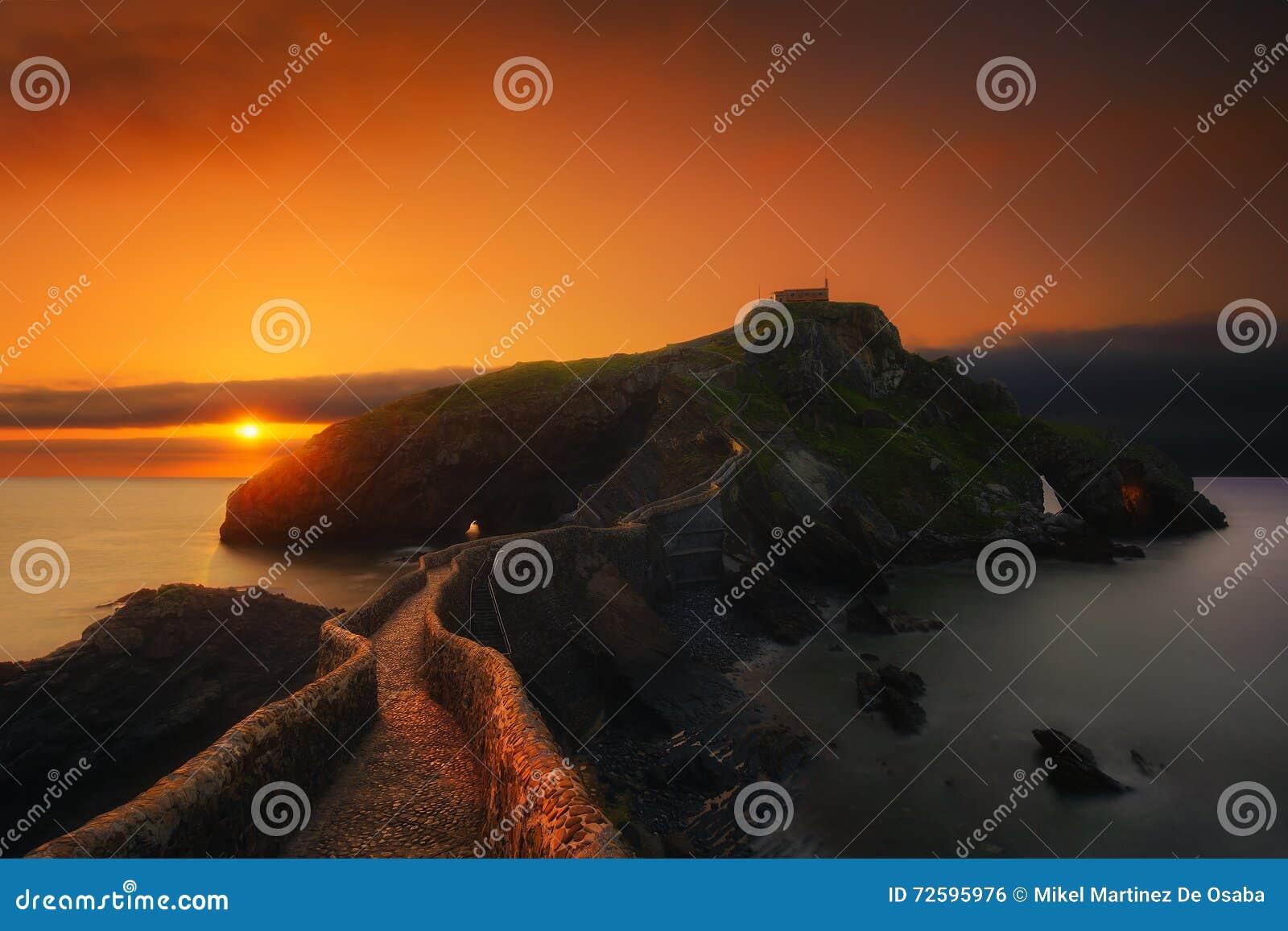 San Juan de Gaztelugatxe en la puesta del sol