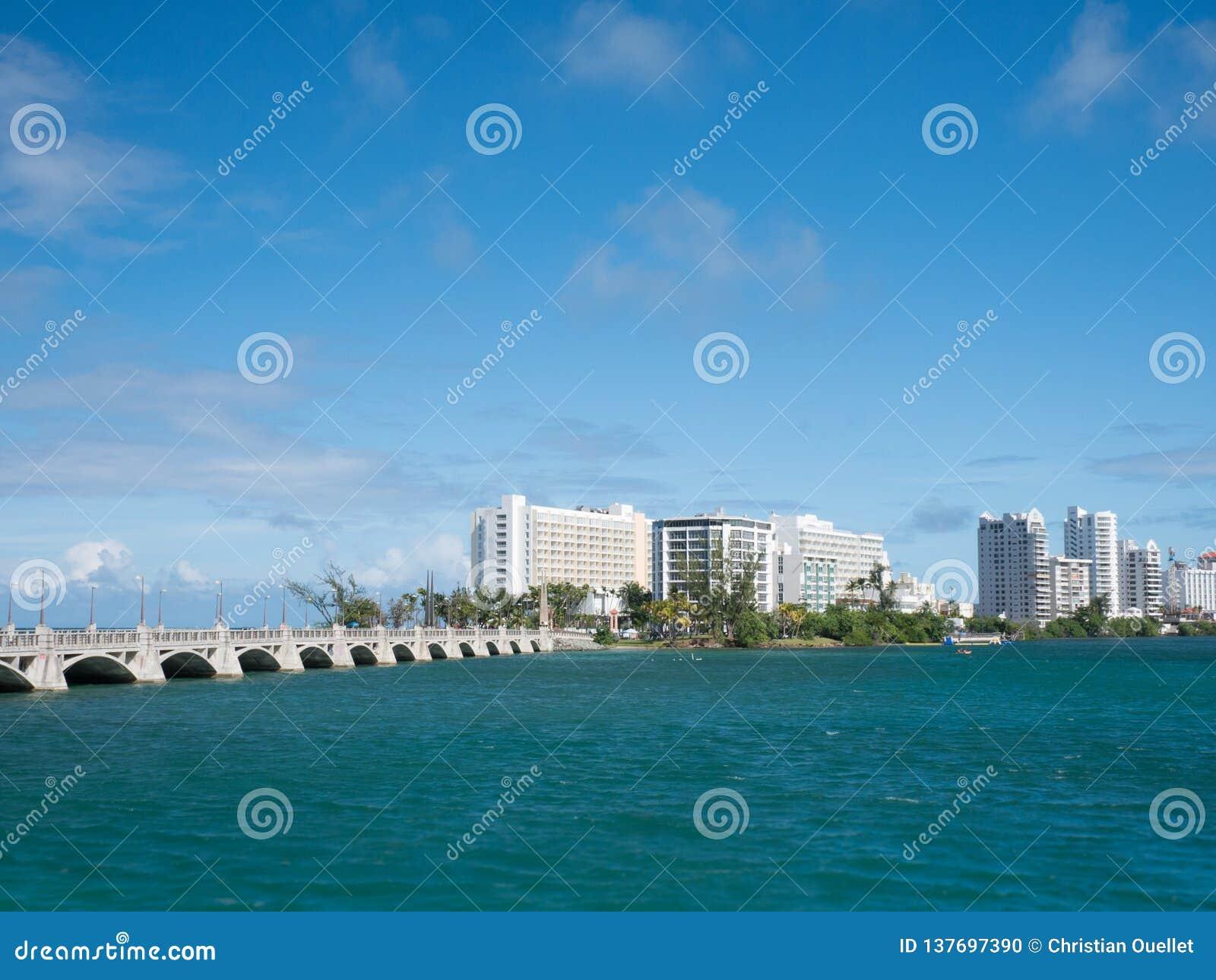 San Juan, de horizon van Puerto Rico op Condado-Strand