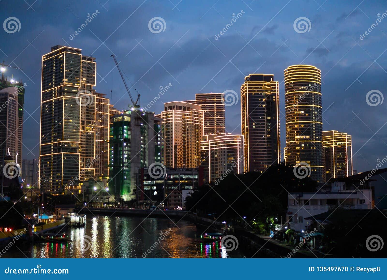 San Juan, Filipinas - 23 de novembro de 2018: uma ideia do centro de Rockwell ao longo do rio de Pasig