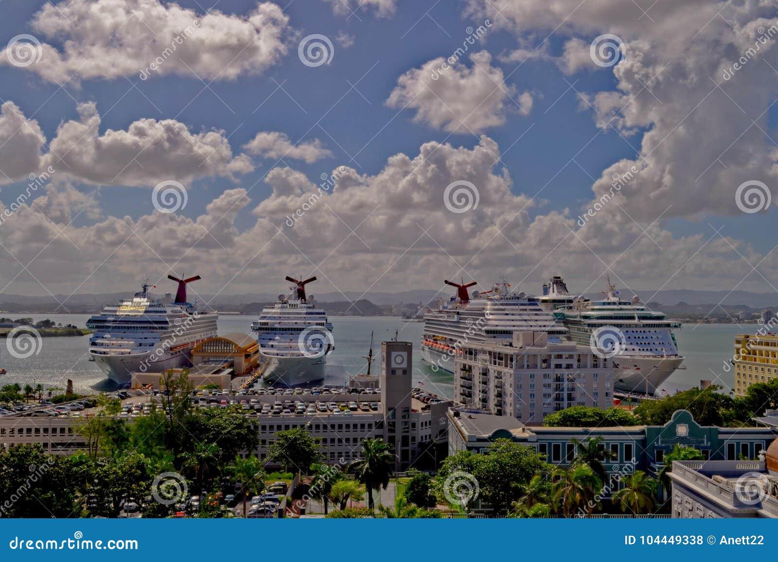 San Juan Puerto Rico - Januari 2015: Kryssningskepp som ansluter i porten av San Juan