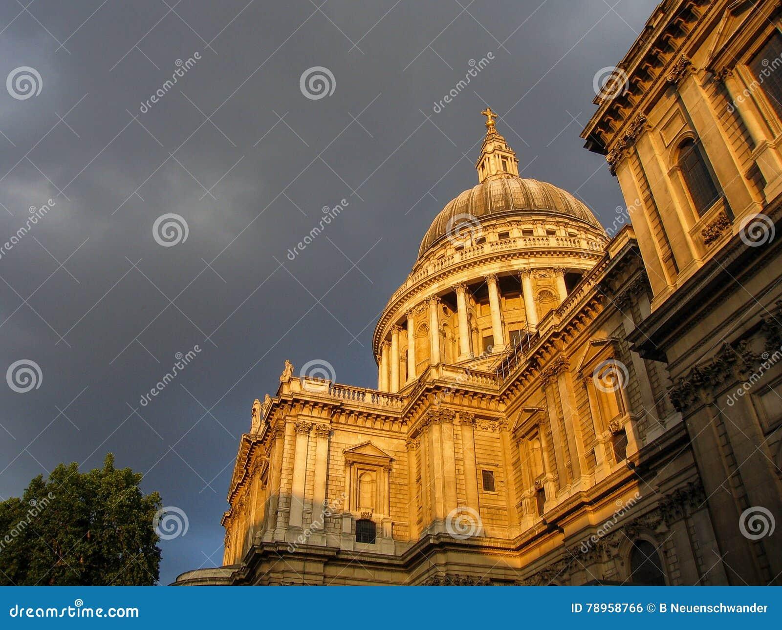 San Pablo y x27; catedral de s en Londres en la puesta del sol, con las nubes oscuras