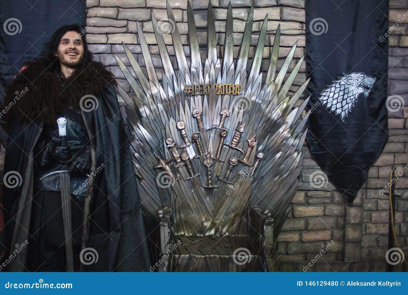 SAN PIETROBURGO, RUSSIA - 27 APRILE 2019: Festival dei film e dei fan, cosplay della neve di John vicino al trono del ferro,