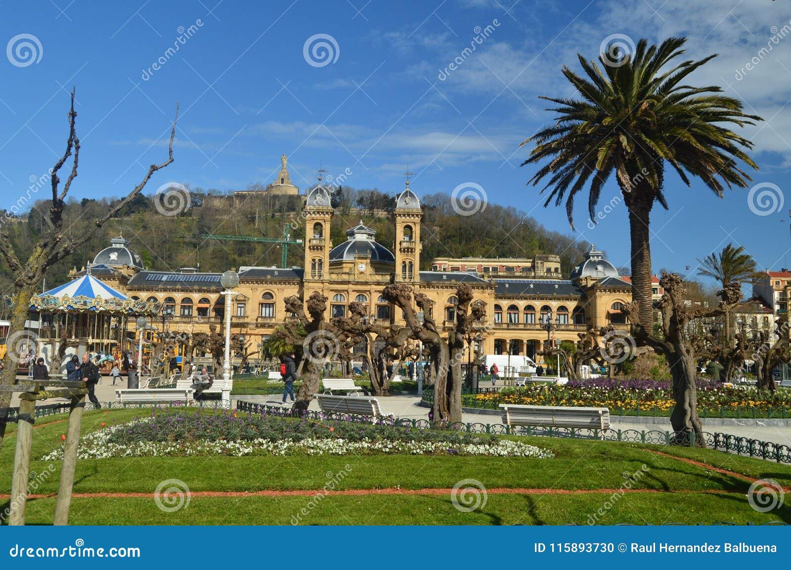 San Sebastian City Hall Located Downtown en tormentas hermosas y de Sunny Day With Strong Wind causadas por el huracán Hugo Archi