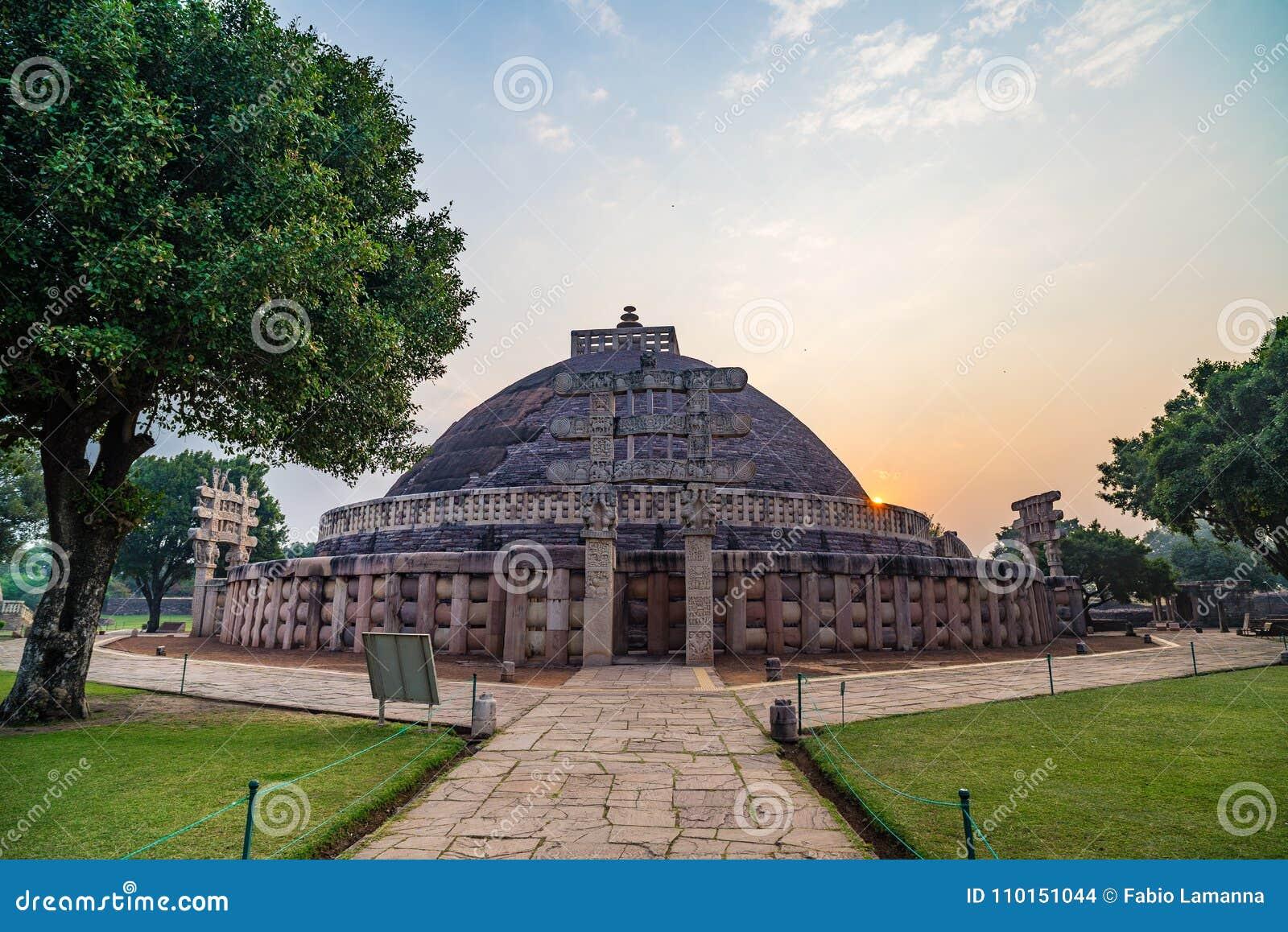Sanchi Stupa, Madhya Pradesh, Индия Старое буддийское здание, тайна вероисповедания, высекло камень Небо восхода солнца