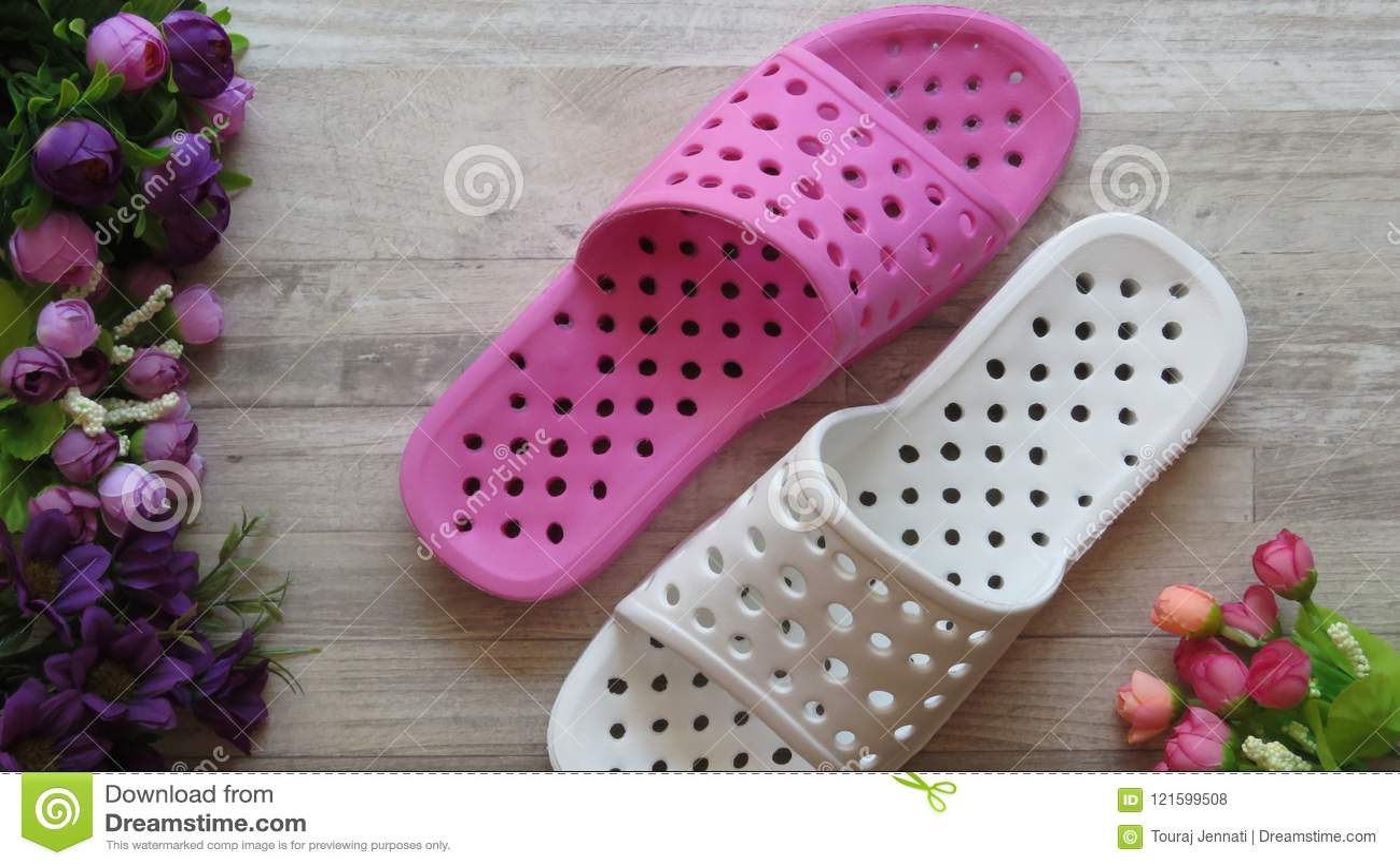 Sandálias do chuveiro branco e cor-de-rosa/que secam rapidamente deslizadores e flores do banho