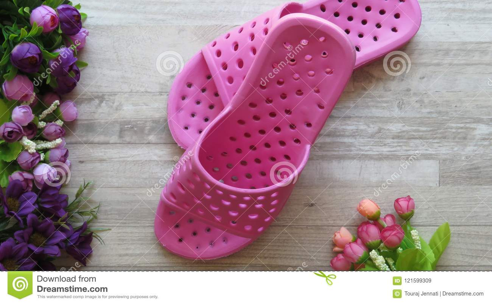 Sandálias do chuveiro cor-de-rosa/que secam rapidamente deslizadores e flores do banho
