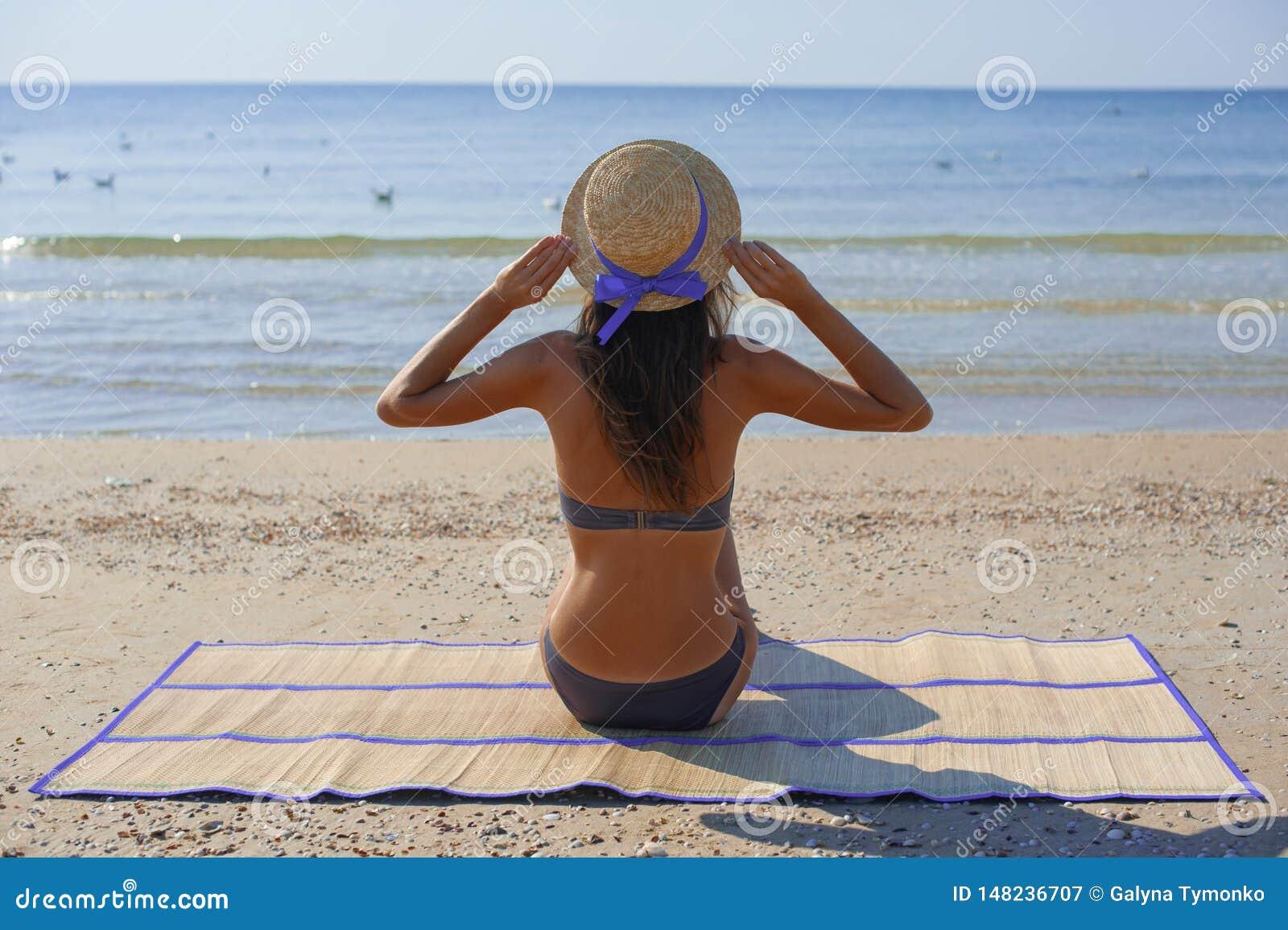 Sand den caucasian kinesiska kopian f?r den asiatiska bikinin f?r stranden som h?rliga tycker om lyckliga ferier som ser racen f?