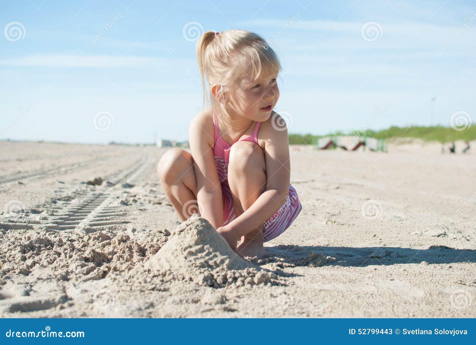 Sand för flickalekstrand
