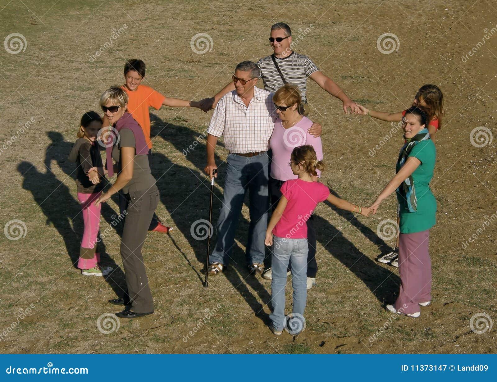Sand för spelrum för stor familj för strand rolig