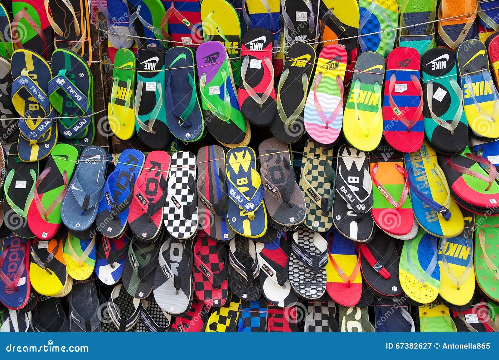 Sandali da vendere vicino al nuovo mercato, Calcutta, India