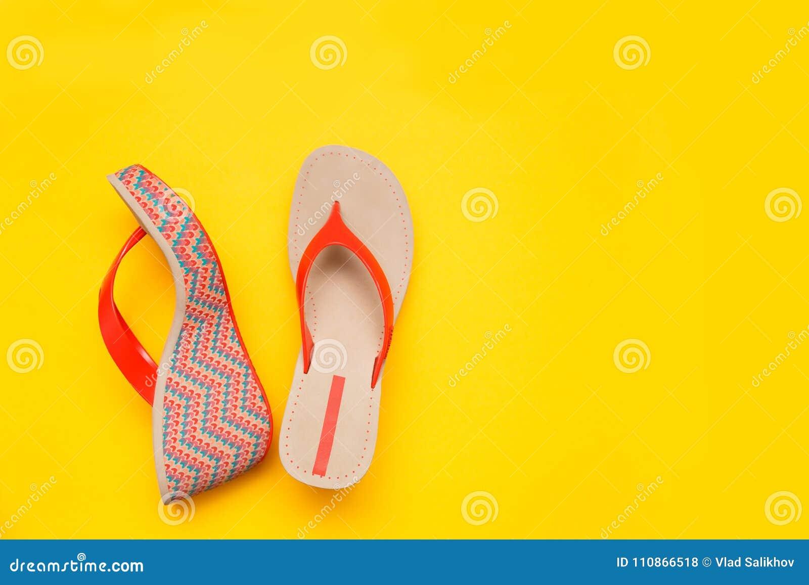 Sandalia brillante del ` s de las mujeres del verano aislada en fondo amarillo Visión superior