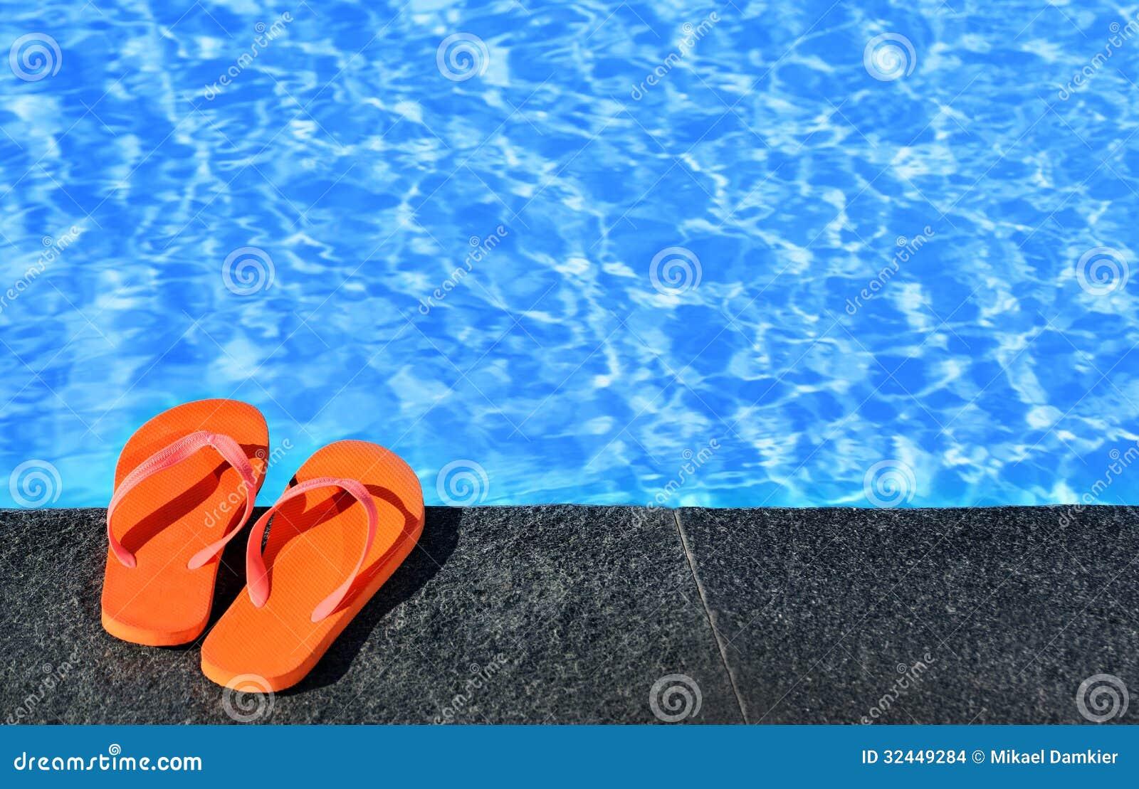 Sandalias por una piscina