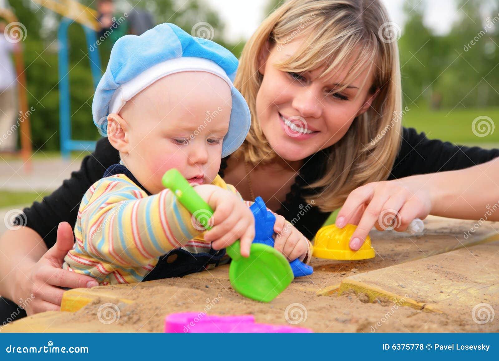 Sandbox παιχνιδιού μητέρων παιδιών