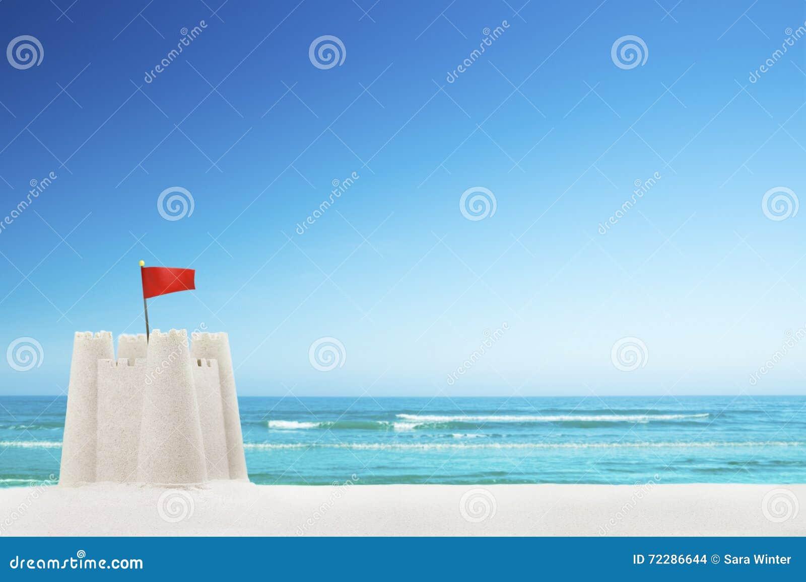 Download Sandcastle на пляже на ясный солнечный день Стоковое Фото - изображение насчитывающей потеха, лето: 72286644