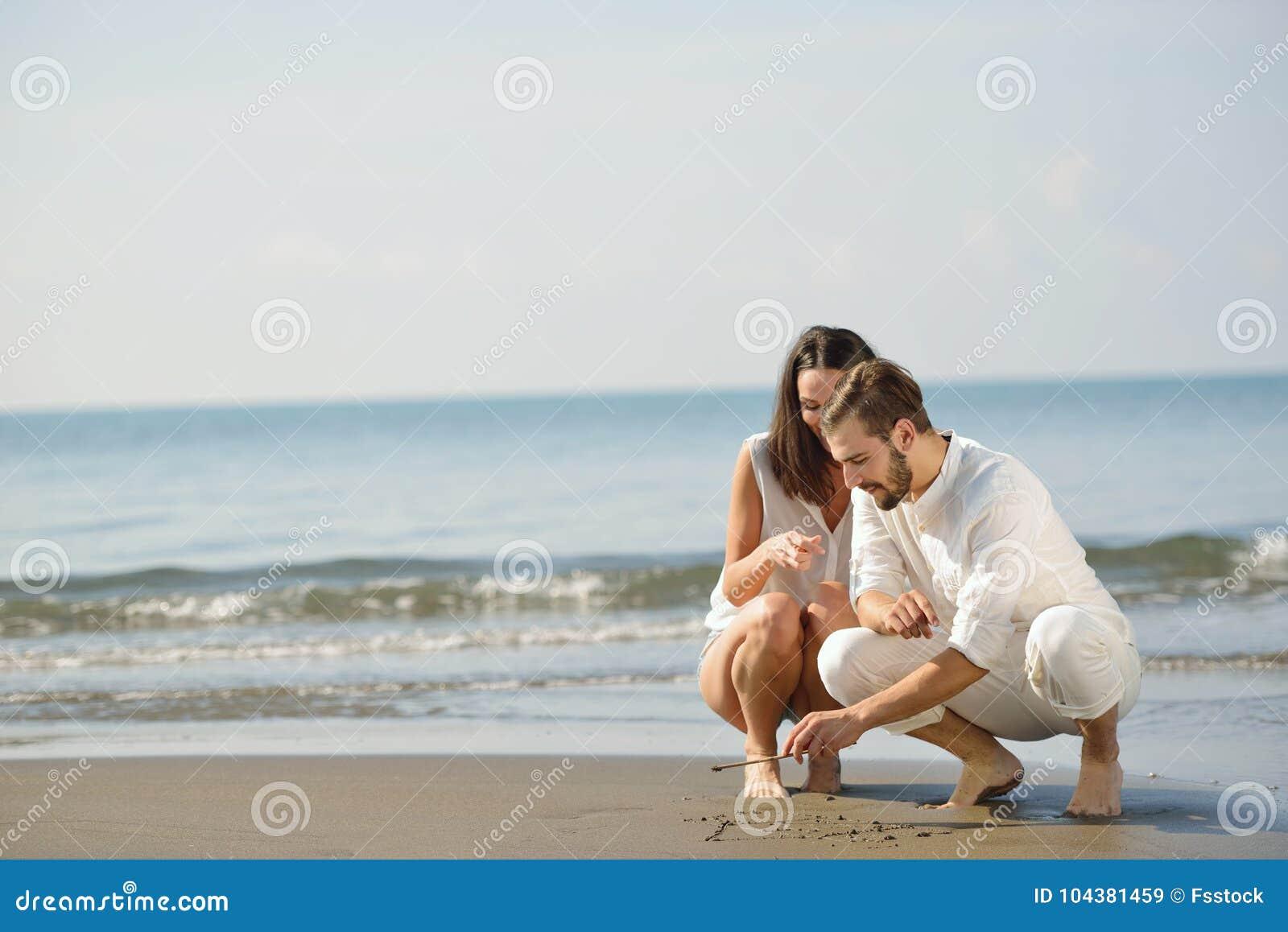 Sanden för förälskelse för bröllopsresan för hjärta för draw för strandbegreppspar shapes den romantiska sommarbarn Begrepp för s