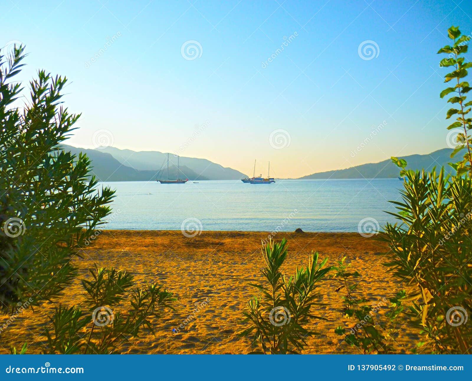 Sandig strand av Marmaris i Turkiet
