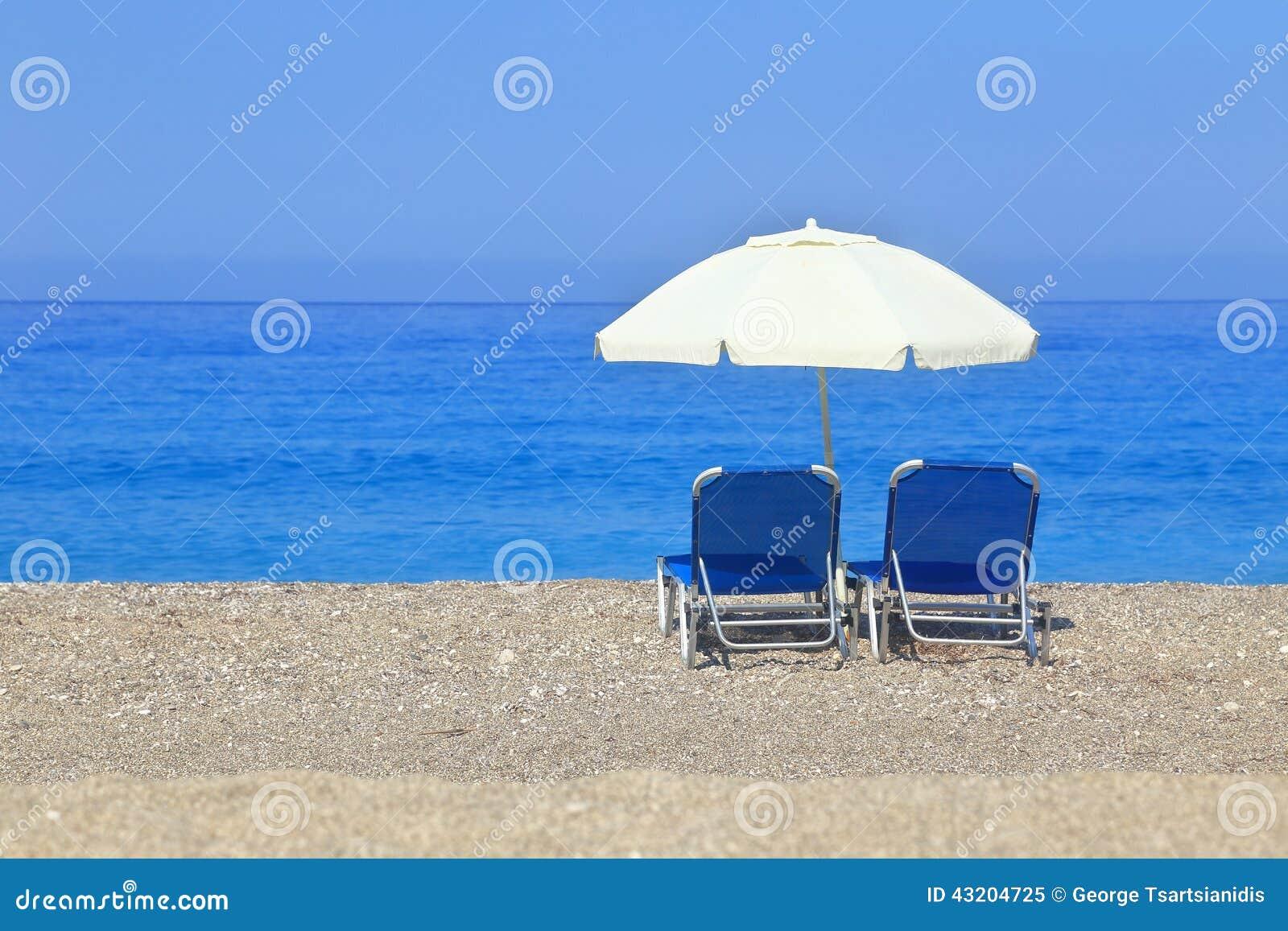 Download Sandig Strand Med Slags Solskydd Och Två Sunbeds Fotografering för Bildbyråer - Bild av grek, semester: 43204725