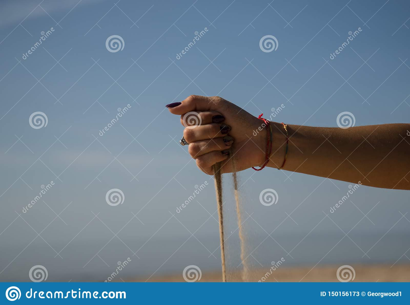 Sandkörningar i väg från händerna