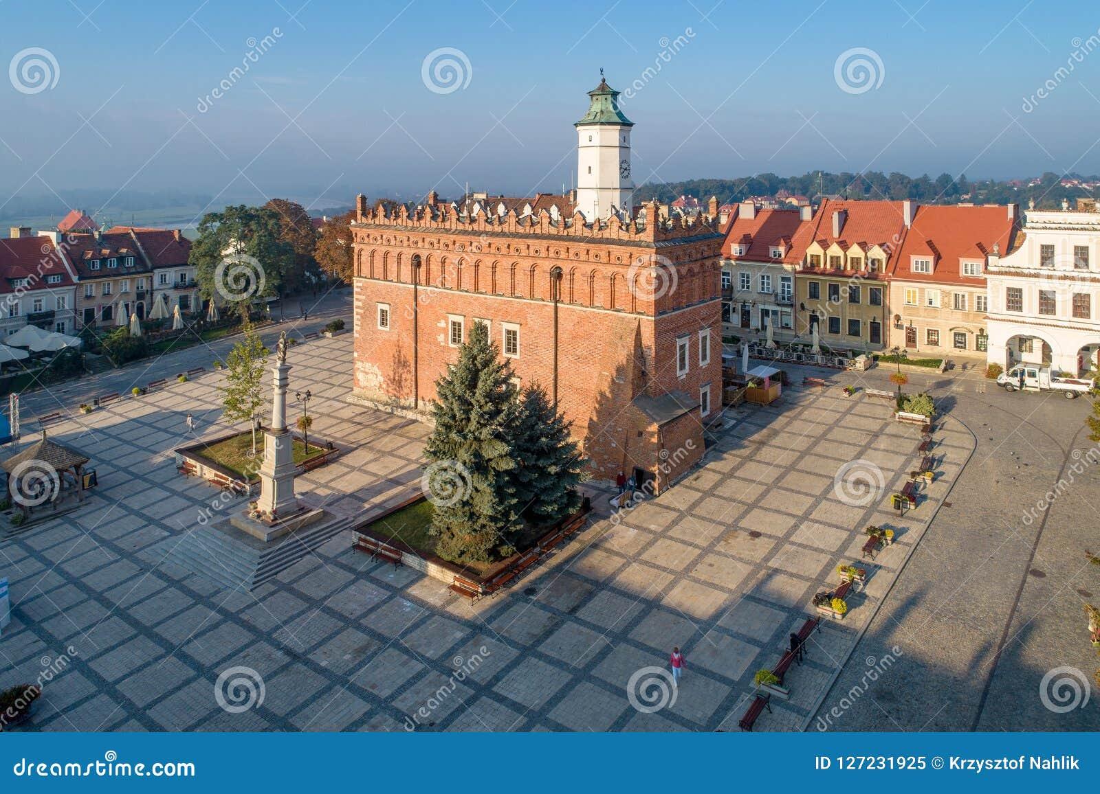 Sandomierz Pologne Ville Hotel Et Place Du Marche Image Editorial Image Du Landmark Trottoir 127231925