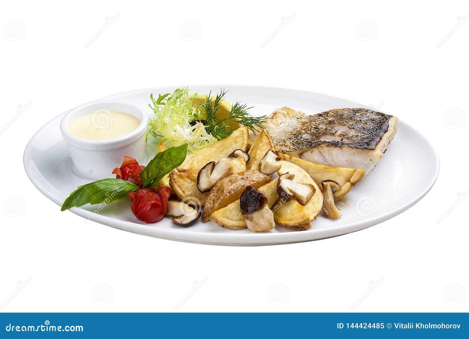 Sandre avec des champignons et des pommes de terre de porcini D un plat blanc