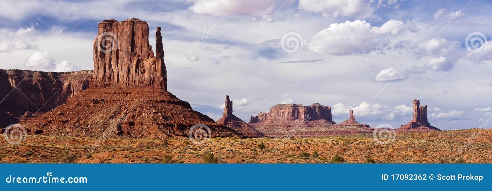 Sandsteinbuttes und -helme im Denkmal-Tal
